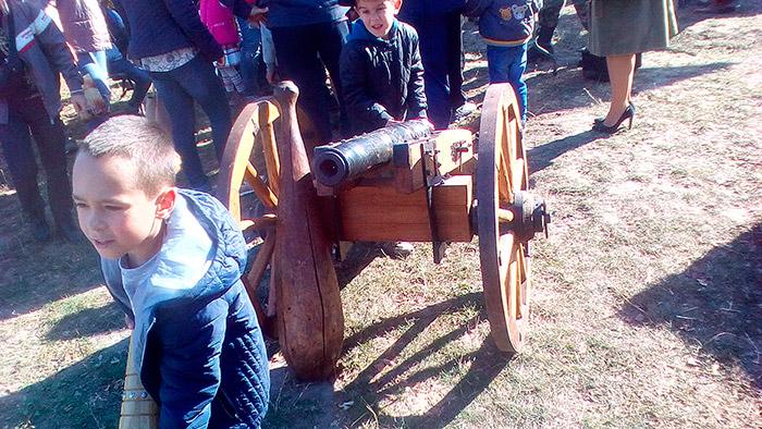 Діти біля гармати