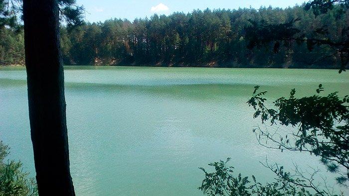 Незвичайне смарагдове озеро