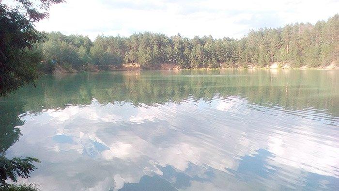 Заворожуючий погляд на озеро з вдалого ракурсу