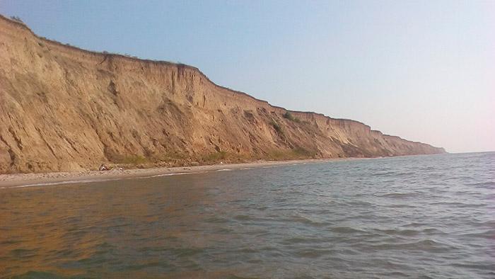 Крутий берег, що омивається морем