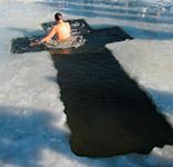 Купання в ополонці на озері Тельбін