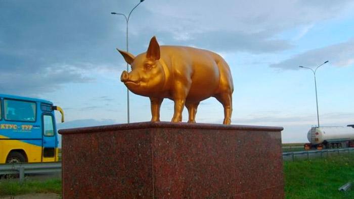 Пам'ятник золотому поросяті на Одеській трасі