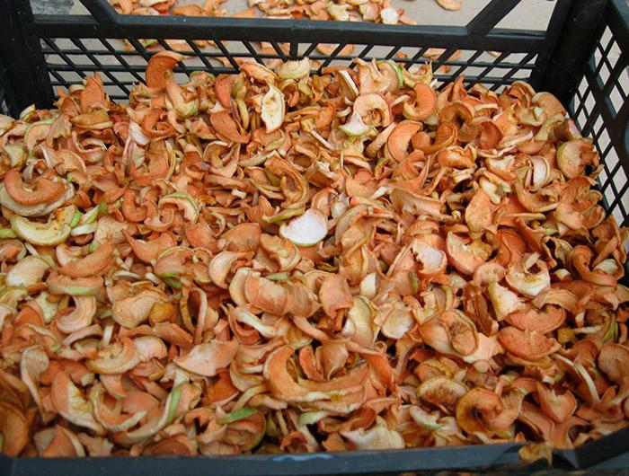 Заготовлені сушені яблука для узвару