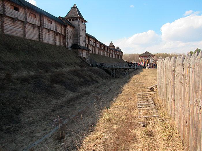 Оборонна споруда та рів біля неї