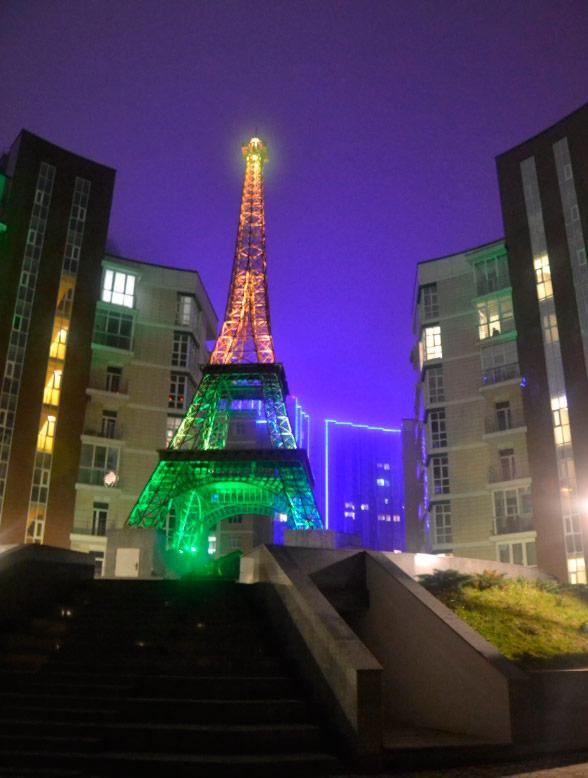 Освітлення Ейфелевої вежі в Києві