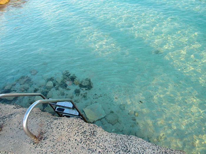 Металева драбина для спуску до води