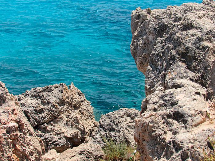 Небезпечні скелі над морем