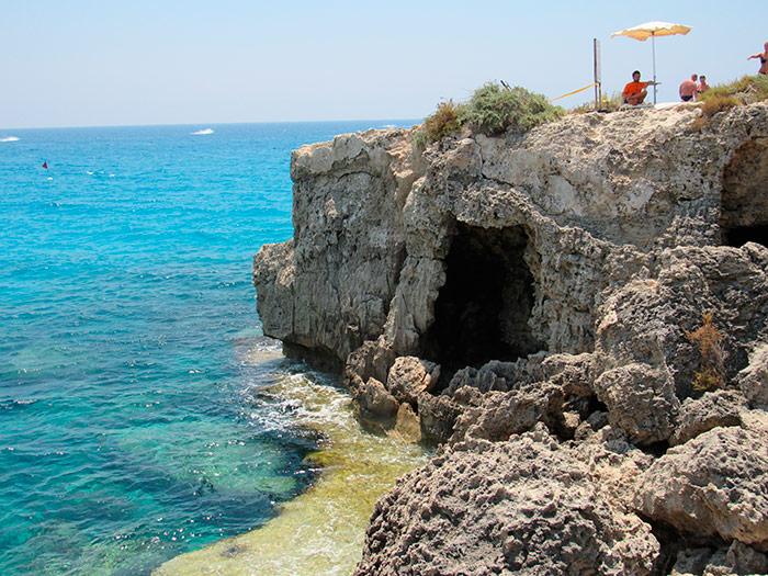 Печера на невеличкому острові біля пляжу Ніссі в Айя Напі