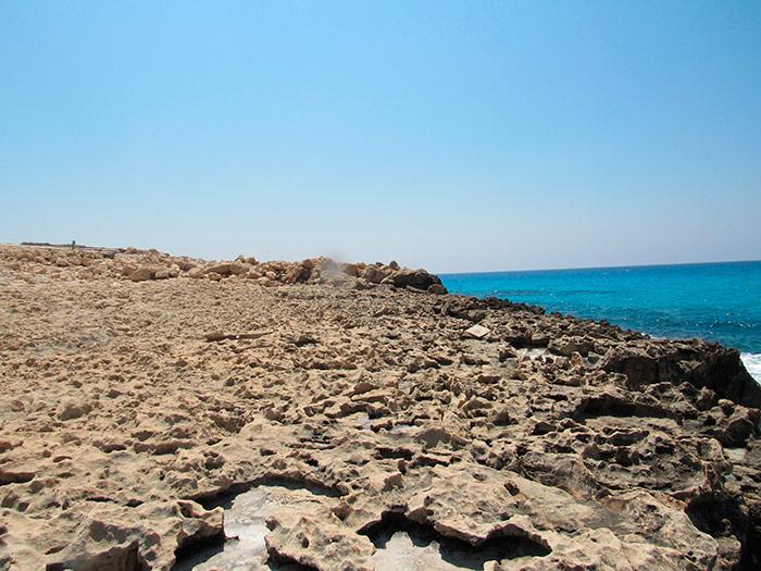 Природний берег біля моря на Кіпрі