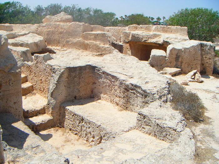 Розкопки гробниць біля пляжу Макронісос