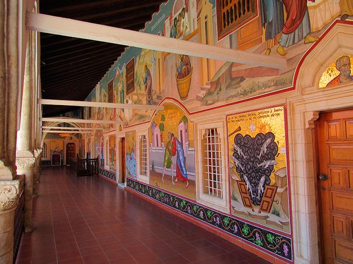 Стіни і стелі мають численні розписи