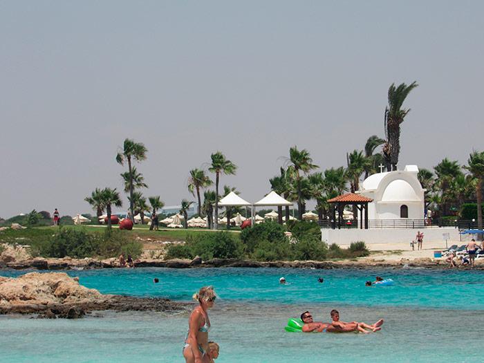 Вид з моря на берег Кіпру