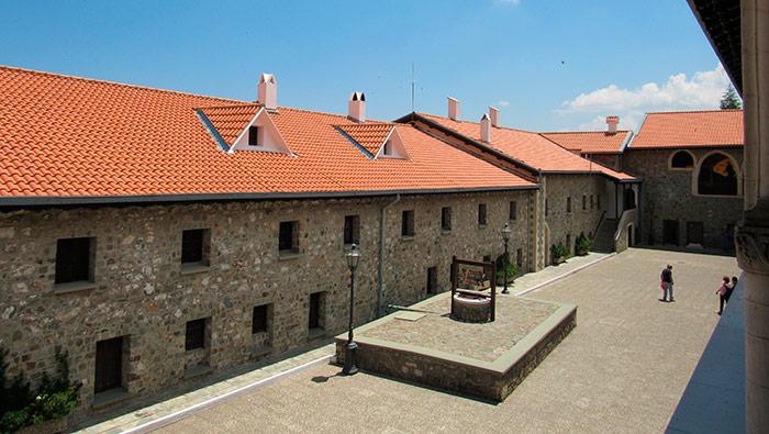 Задній дворик монастиря