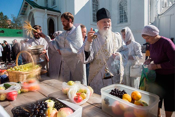 Освячення яблук та винограду