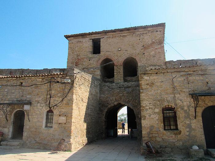 Вид на головні ворота з середини