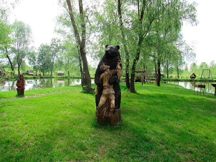 А поряд ведмідь дуже радий бачити туриста