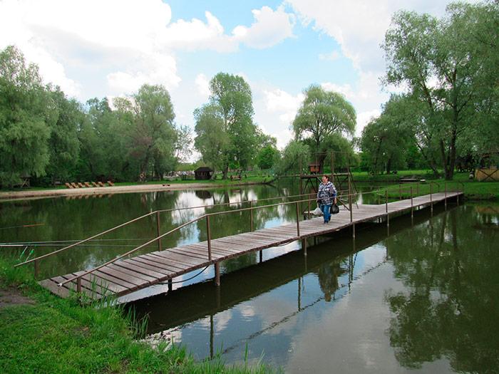 Місток через озеро