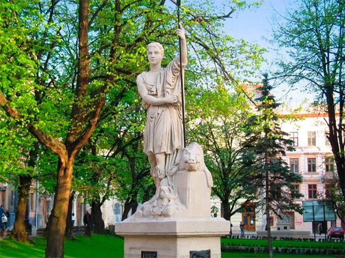 Статуя Адоніса в центрі фонтану