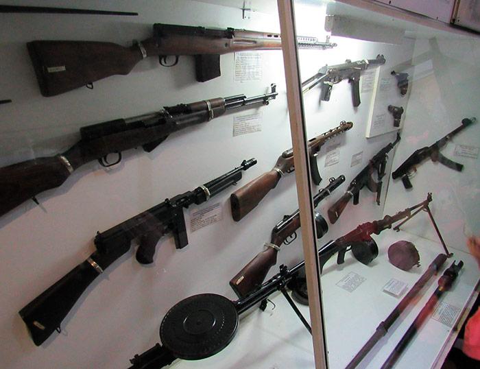Стенди зі зброєю