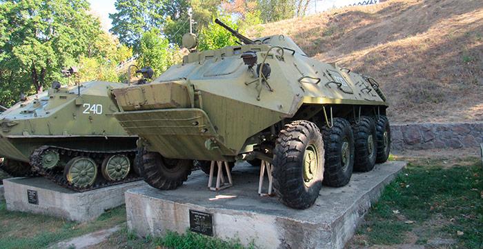 Військова техніка біля входу до «Скелі»