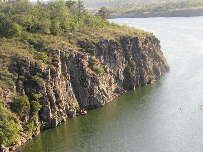 Чорна скеля – вид з арочного моставид з арочного моста