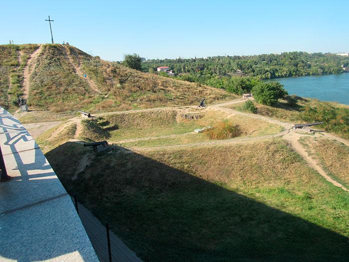 Територія біля музею поряд з Високим Пагорбом