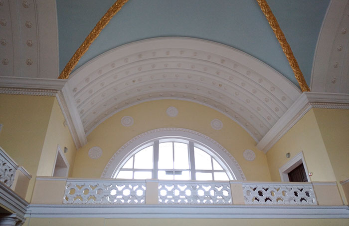 Балкон в середині вокзалу