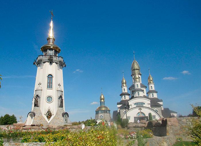 Дзвіниця – ліворуч, Церква – праворуч