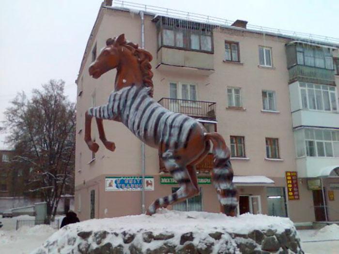 Гнідий кінь знову пофарбований у зебру