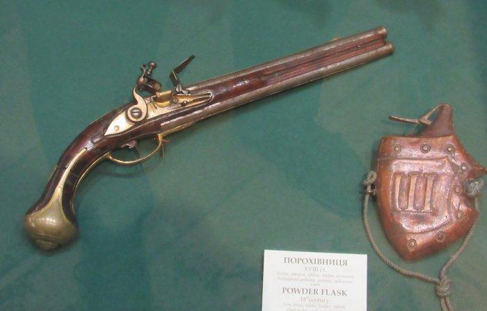 Пістолет з кременево-ударним замком та порохівниця