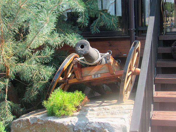 Занедбана гармата при вході до ресторану