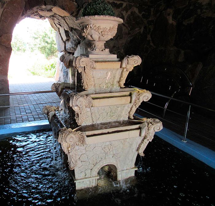 Фонтанна скульптура в середині гроту
