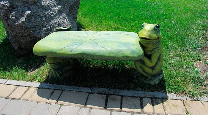 Лавка з жабенятами
