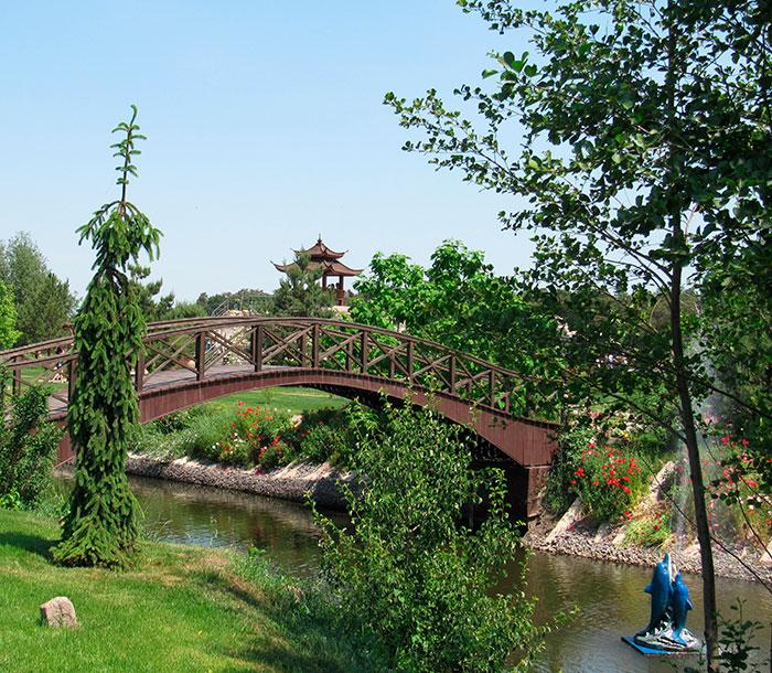 Міст і пагода на задньому фоні