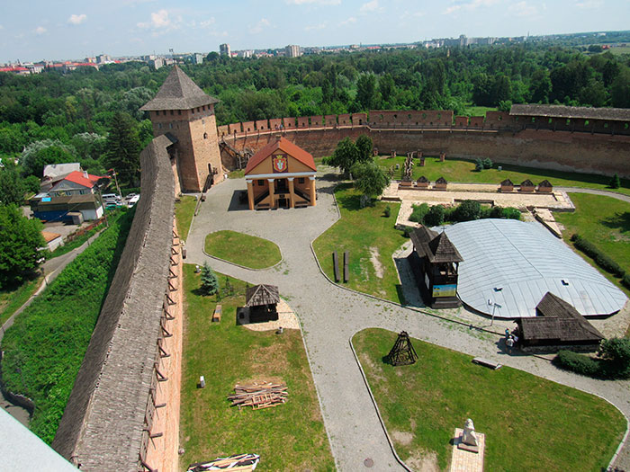 Вид на територію замку з В'їзної вежі