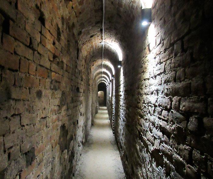 Моторошний коридор до колодяжної вежі