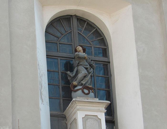 Скульптура Божої Матері