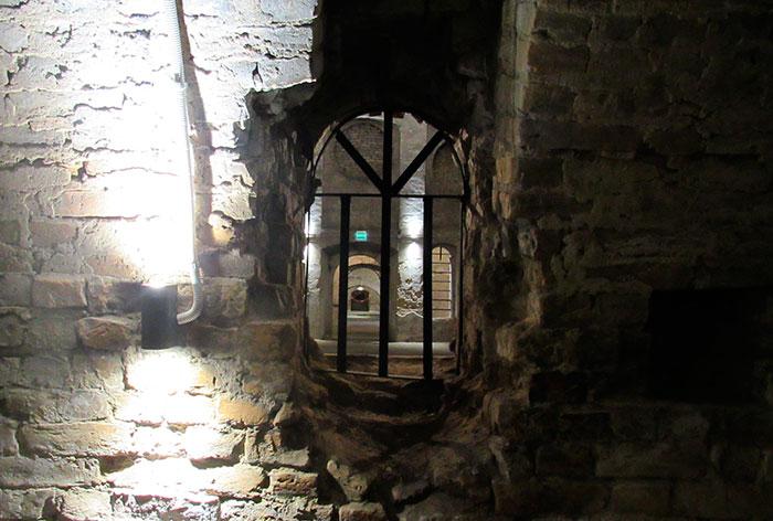 Вікно, з якого видно всю площу підземелля