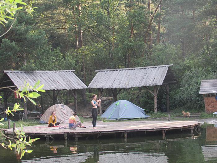 Дерев'яний майданчик на озері