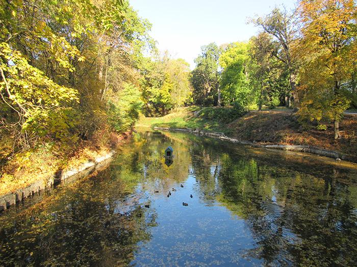 Одне з численних озер парку