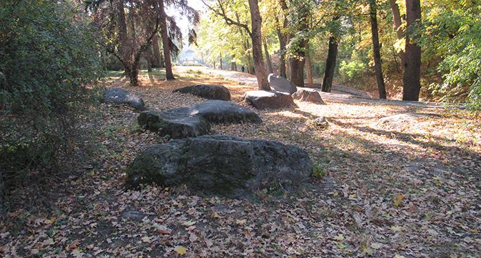 Величезне каміння біля алеї