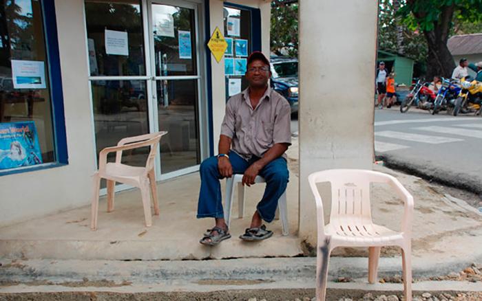 Домініканець на пластиковому стільці