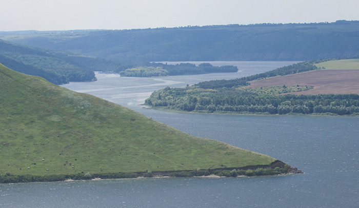 Хвилястий берег річки Дністер