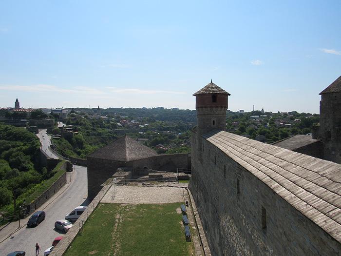 Тунель знаходиться всередині цієї стіни