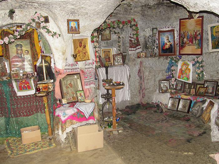Всередині однієї з печер монастирю