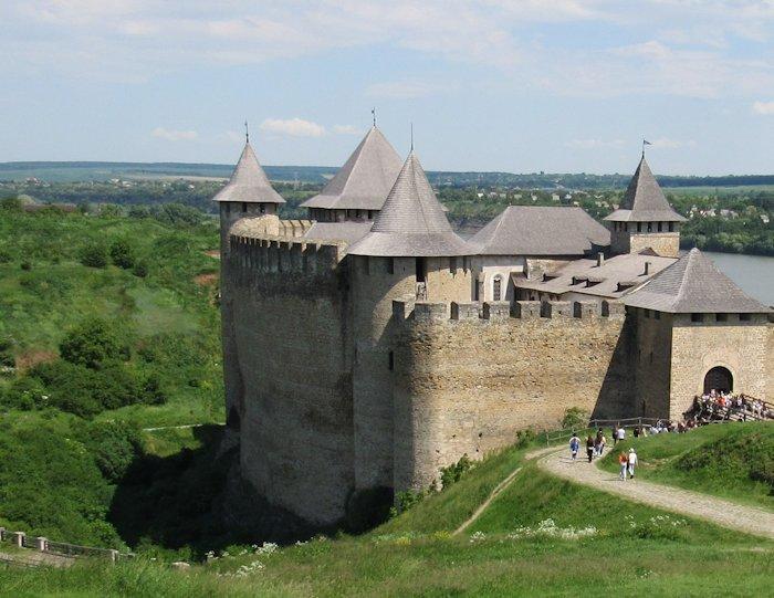 Високі стіни фортеці